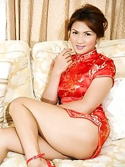 Twenty-five year old Honey was born to a Japanese father and a Filipina mother in the Philippines but now lives Nagoya. She works in a newhalf show pu